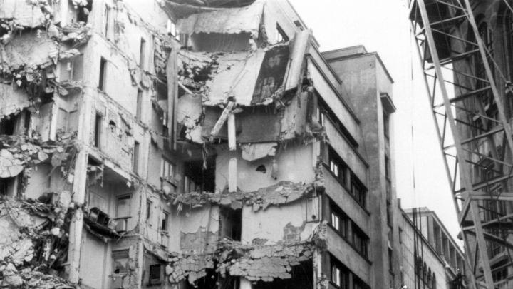 55 DE SECUNDE DE GROAZĂ! Imagini din timpul operaţiunilor de salvare a victimelor cutremurului din 1977 (VIDEO)