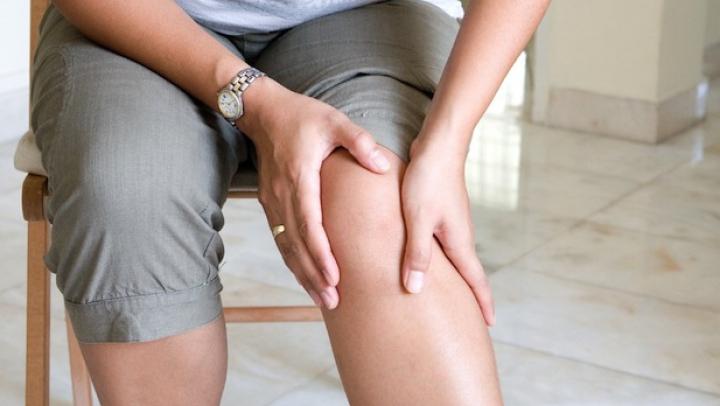 NU TREBUIE IGNORATĂ, MERGI LA MEDIC! Durerea de genunchi poate anunța BOLI GRAVE