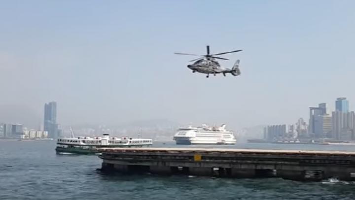 """Un videoclip în care un elicopter pare că """"plutește"""", VIRAL PE INTERNET. Cum se explică fenomenul"""