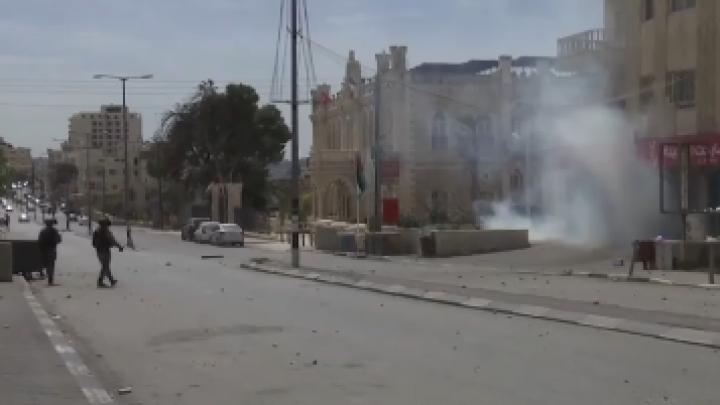 Zeci de elevi și studenți, grav răniți de gaze lacrimogene trase de către forțele de securitate din Palestina (VIDEO)