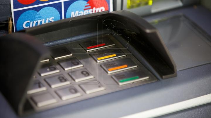 Atenţie când tastaţi pinul la bancomate! Hoţii folosesc camere de dimensiunea unui vârf de ac