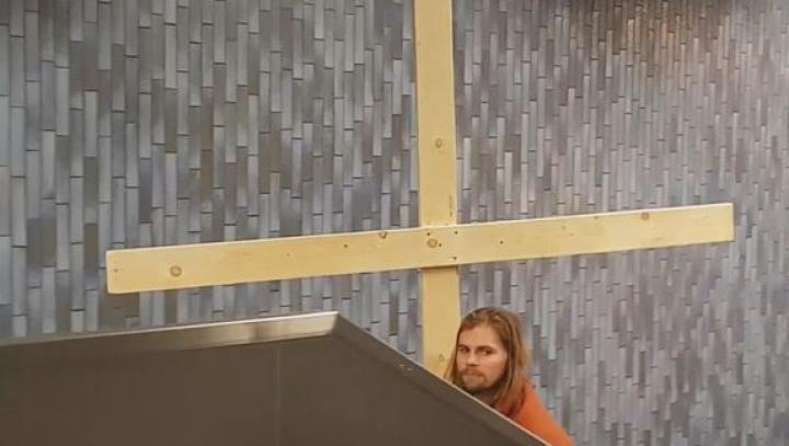 NO COMMENT! Ce a făcut un bărbat deghizat în Iisus Hristos într-o staţie de metrou (VIDEO VIRAL)