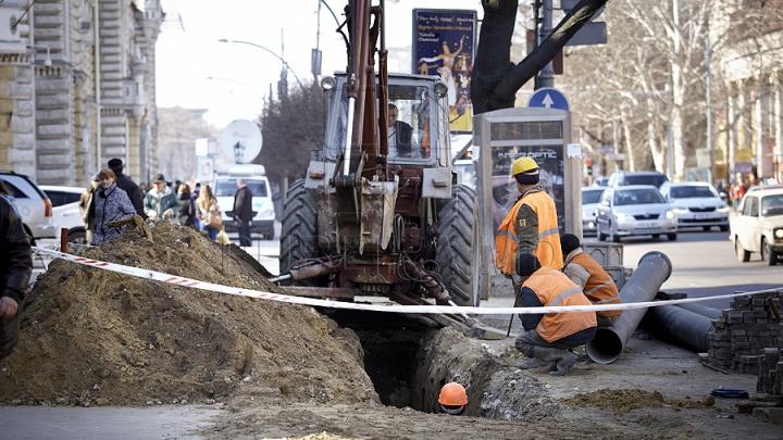 Serviciul InfoTrafic: Pe o stradă din Capitală se petrec lucrări de reparaţii a ţevilor. Cum se circulă