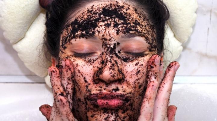 Mască de față cu cafea care transformă radical pielea obosită și stresată