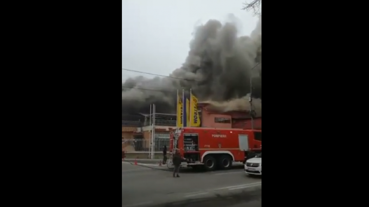 INCENDIU violent în România. Focul a cuprins un hotel din vecinătatea unei stații de carburanți (VIDEO)
