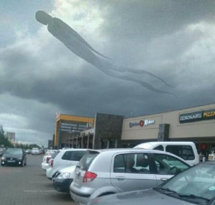 PANICĂ ŞI GROAZĂ! Silueta MONSTRUOASĂ a unui om a apărut pe cerul înnorat din Zambia (FOTO)
