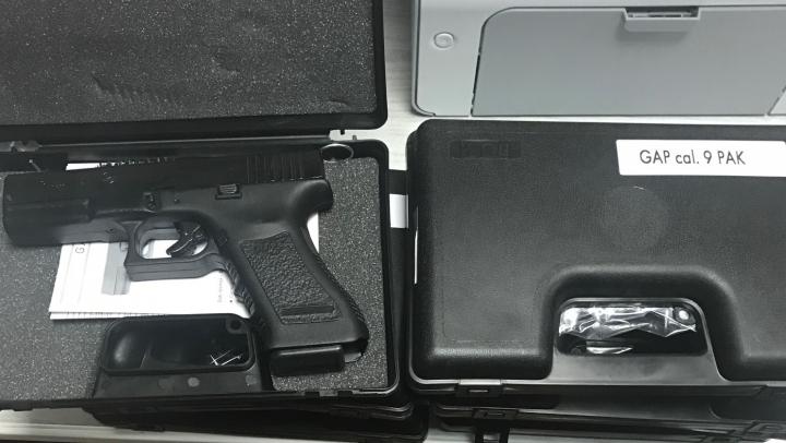 10 pistoale Bruni GAP şi ţigarete nedeclarate, confiscate de vameşi