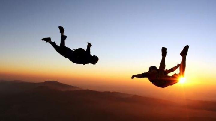 Parașutiștii francezi Frederic Fugen și Vincent Reffet nu încetează să impresioneze nici în vacanță