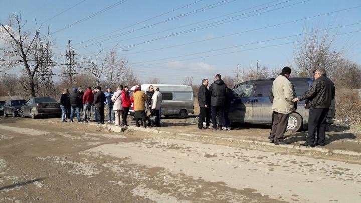 PROTEST la Bubuieci: Mai mulţi localnici au blocat drumul care duce spre imensa groapă de gunoi (FOTO)