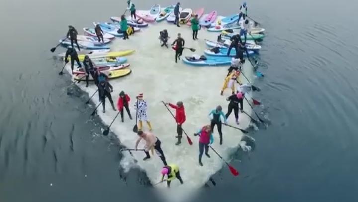 """Imaginea zilei: Un grup format din 30 de amatori de surfing au reuşit să """"fure"""" un mic gheţar"""