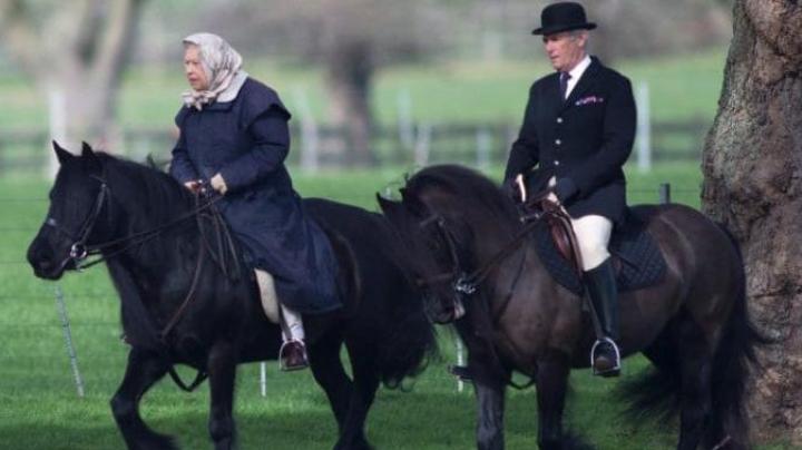 Regina Elisabeta a II-a a Marii Britanii, fotografiată călare în ajunul împlinirii a 91 de ani