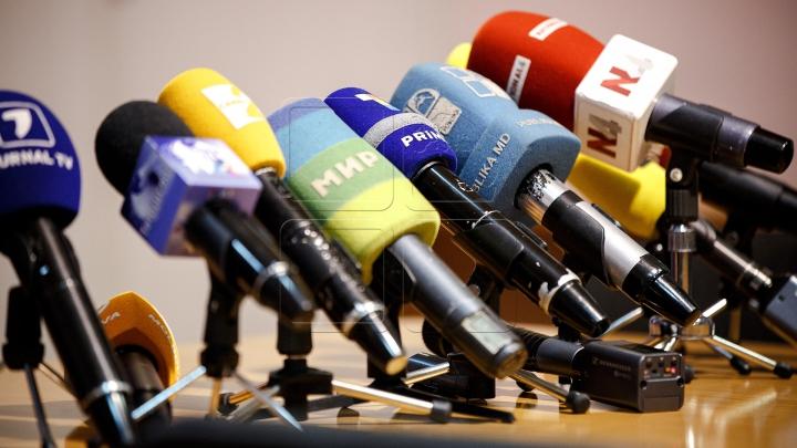Deținătorii a mai mult de două licențe de emisie radio-tv sunt obligați să renunțe la acestea, păstrând cel mult două