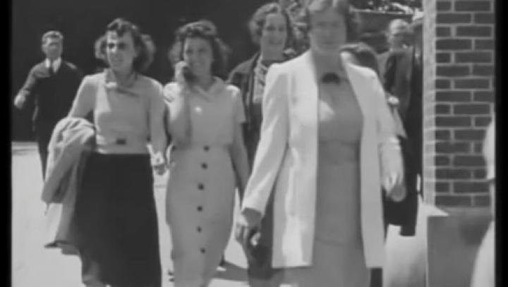 DOVADA teoriei călătoriei în timp: Femeia din anii '30 care vorbeşte la un telefon mobil (VIDEO)