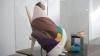 NO COMMENT: Un artist francez s-a închis într-un muzeu pentru a cloci ouă. Primul pui a eclozat