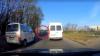 Un şofer de maxi-taxi a ieşit pe contrasens şi a blocat drumul unei ambulanţe ce avea girofarul pornit (VIDEO)