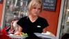 O chelneriță a dezvăluit SECRETE ŞOCANTE din bucătăriile restaurantelor. Ce se întâmplă cu mâncarea