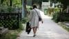 Greu de crezut! O femeie, obligată să plătească daune morale după ce a scris mai multe versuri pe mormântul propriului fiu