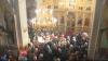 Moldovenii şi sfinţii lor. Vin cu sutele să se roage la moaşte ca să-i ajute să se vindece de boli
