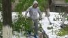 Mobilizare după ninsori. Oamenii şi-au unit eforturile şi au ieşit pentru a curăţa curţile blocurilor şi străzile
