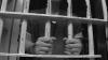 Ce nu faci pentru odrasla ta?! Colete zburătoare şi bani pentru feciorul deţinut (VIDEO)