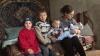 Ţi se rupe inima. Patru copii se înghesuie într-o casă care riscă să se prăbuşească, îndură foame şi frig