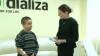 O licitaţie de suflet. Un băiat ținut în viață de aparatul de dializă şi-a expus lucrările pentru a-şi ajuta familia (VIDEO)
