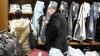 FORFOTĂ în pieţele din Capitală. De sărbători, moldovenii preferă să-şi cumpere haine noi