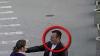A furat un panou publicitar şi s-a făcut nevăzut! Un bărbat este căutat de poliţie (VIDEO)
