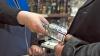 Piața din Briceni, plină de miros puternic de spirt cu iz de contrabandă! Zeci de litri de alcool, confiscate (VIDEO)