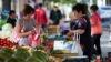ALARMANT: Înainte de Paşte, numărul vânzătorilor ambulanţi de lângă Piaţa Centrală a crescut considerabil