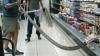 FIORI DE GROAZĂ! Un bărbat a găsit un ŞARPE IMENS în supermarket. Ce a urmat (FOTO)