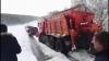 AUTOSPECIALĂ pentru deszăpezire, BLOCATĂ în nămeți! Voluntarii cu Jeep-uri SALVEAZĂ prizonieri ai zăpezii (FOTO/VIDEO)