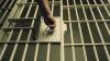 Dacă nu mai sunt locuri în închisoare, condamnaţii sunt puşi pe lista de aşteptare. Când le vine rândul, se prezintă singuri