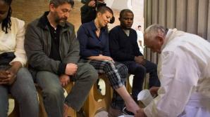 Papa Francisc a îngenuncheat în faţa a 12 puşcăriaşi, le-a spălat picioarele, le-a șters și le-a sărutat