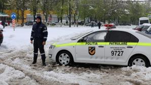 Angajații Ministerului de Interne INTERVIN ÎN FORȚĂ pentru deblocarea drumurilor și ajutarea oamenilor (GALERIE FOTO)