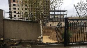 S-a întâmplat pe o stradă din Chişinău! Un gard, PRĂBUŞIT în urma ploilor abundente (VIDEO/FOTO)