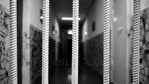 Obiecte interzise pentru deţinuţi, confiscate. Ce a fost găsit în curtea unui penitenciar