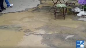 INUNDAŢII la Piaţa Centrală! Un adevărat râu cu APĂ GALBENĂ s-a format în mijlocul drumului (VIDEO)