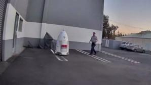 HALUCINANT! Un bărbat beat a hărţuit un robot. După aceea, i-a părut extrem de rău (FOTO)