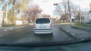 La un pas să provoace un accident. Un şofer din Bălţi a dat bătăi de cap colegilor din trafic (VIDEO)