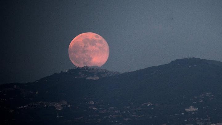 Fenomen EXTREM DE RAR! Cum ne influenţează luna plina roz din 11 aprilie