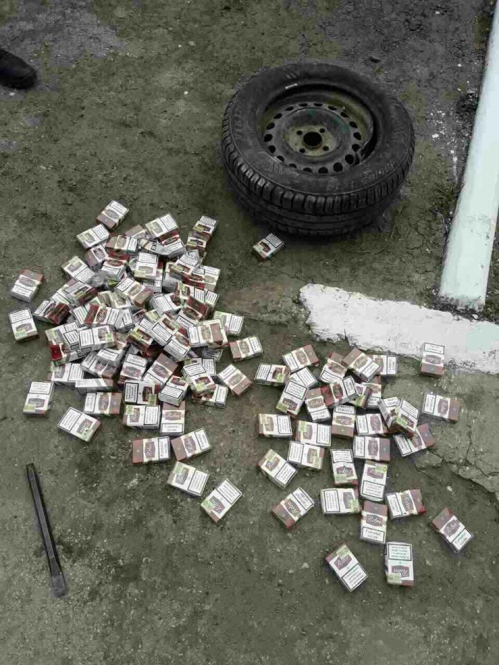Tentativă de contrabandă! 7.600 de tigari, camuflate în roțile unei mașini (FOTO)