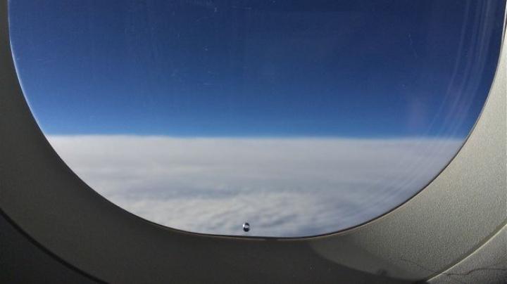Ai observat o gaură mică în fereastra avionului? Află care este rolul ei