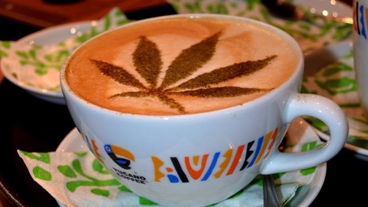"""""""E înşelătorie!"""" O cafenea riscă AMENDĂ USTURĂTOARE pentru frunza de cannabis desenată pe cafele"""