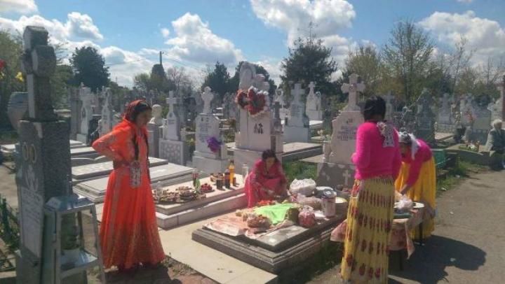 """Morminte stropite cu whisky. Cum arătau cimitirele de Paştile Blajinilor: """"Era paranghelie în lanul de cruci"""" (FOTO)"""