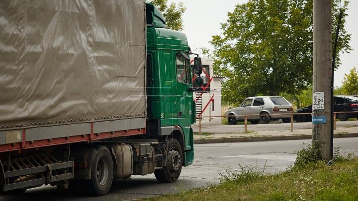 DEZASTRU PE ŞOSEA! Un camion scăpat de sub control spulberă maşinile din ambuteiaj (VIDEO)