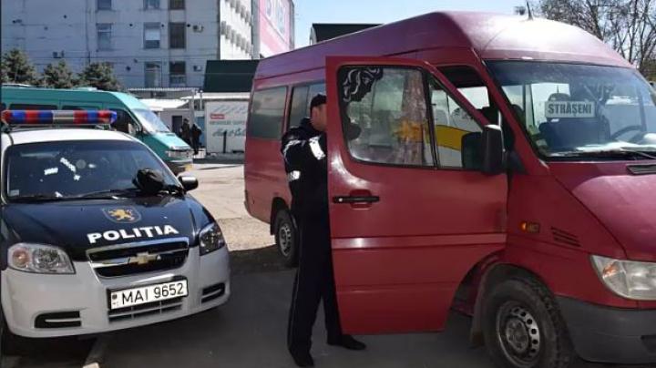 Razii la staţiile unde opresc microbuzele interubane! Maşini cu frânele defecte şi alte încălcări grave, constatate