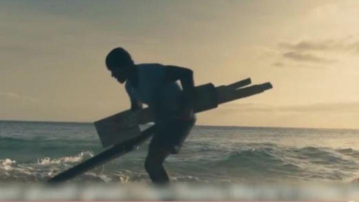 Şi din gunoi se pot naşte lucruri frumoase! Un bărbat a construit o sală de forţă pe plajă, DIN DEŞEURI (VIDEO)
