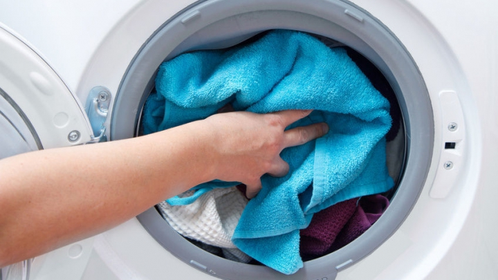 Ce se întâmplă dacă pui câteva cuburi de gheață în mașina de spălat