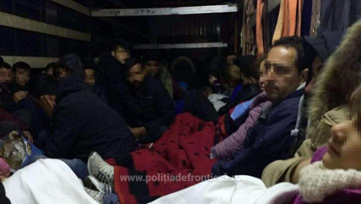 Număr record de migranți prinși. 111 oameni, dintre care 42 de copii, descoperiți într-un camion